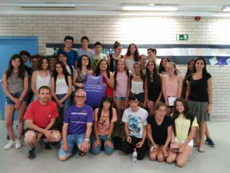 Foto de grup dels alumnes de 3er d'ESO de l'Institut d'Argentona i Carmen M. Cubero de PonteenmarchaYa