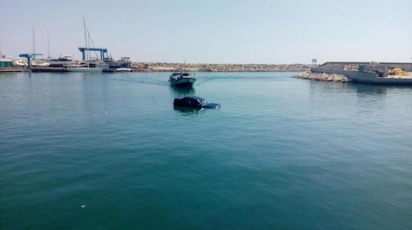 Una embarcació va treure l'home de l'aigua