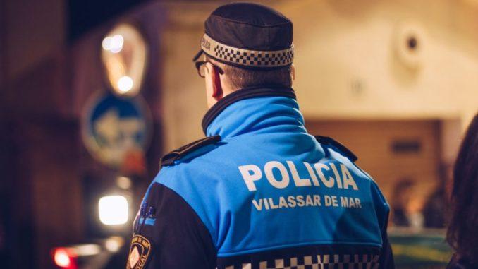Un agent de la Policia Local de Vilassar de Mar patrullant de nit. Foto: Aj. Vilassar de Mar