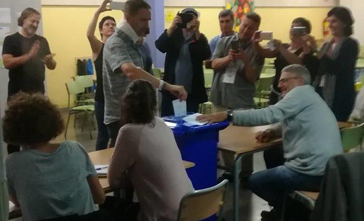 L'alcalde de Dosrius votant a última hora. Foto: Irene Gil