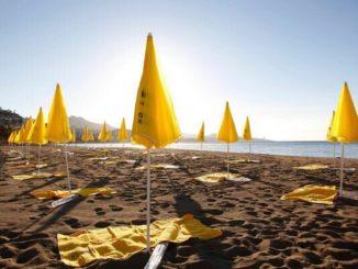 Arenas de Mar i els parasols de la platja segons el compte de Twitter del 'municipi'
