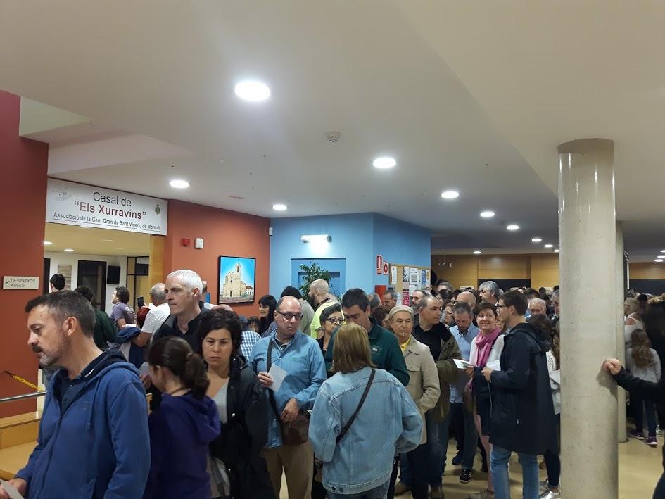 Cues per votar al referèndum de l'1 d'octubre a Sant Vicenç de Montalt. Foto: JLV