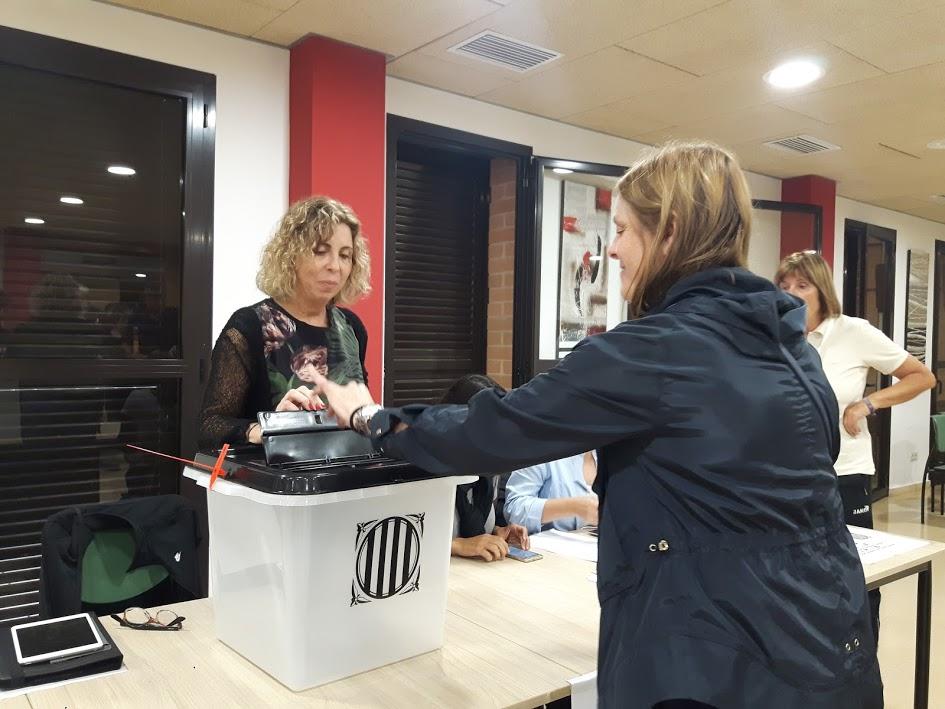 Votant al referèndum de l'1 d'octubre a Sant Vicenç de Montalt. Foto: JLV