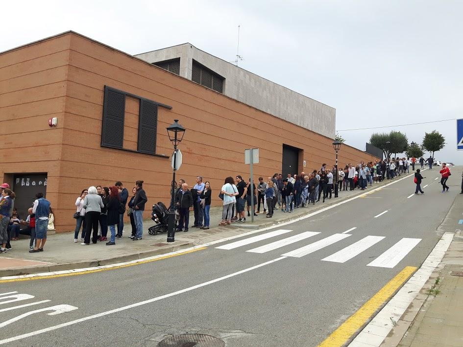 Cues per votar al referèdum de l'1 d'octubre al Centre Cívic de Sant Vicenç de Montalt. Foto: JLV