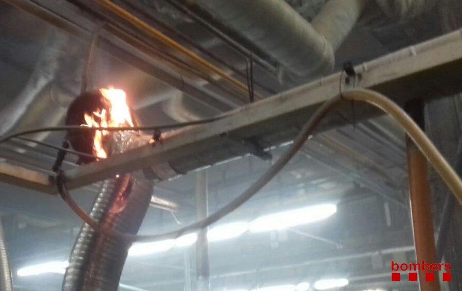 Incendi en una fàbrica de plàstics d'Argentona. Foto: Bombers
