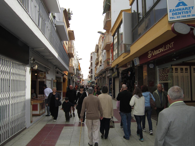 El carrer Església és el principal eix comercial de Calella. Foto: maresme360