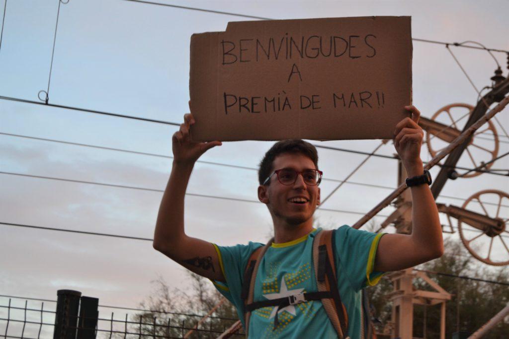 Un jove dona la benvinguda als manifestants a Premià. Foto: Marina Alaminos