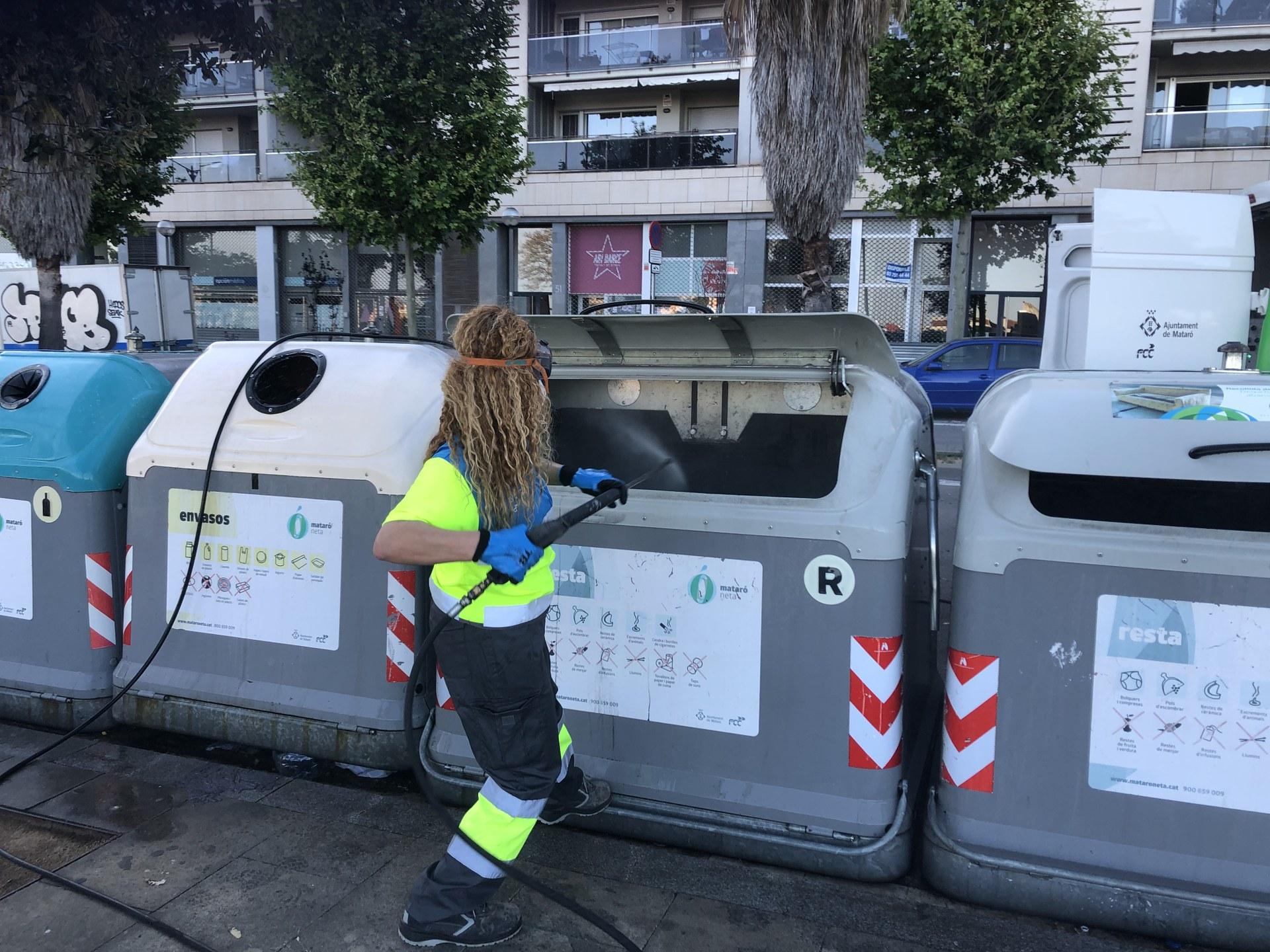 Neteja i desifecció de contenidors, el passat abril, a la ronda de Mossèn Jacint Verdaguer.
