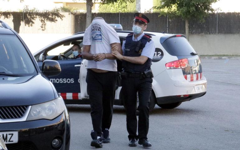 Un dels detinguts en l'operatiu contra la trama de tràfic de drogues de Santa Coloma de Farners arribant als jutjats el 4 de setembre. Foto: ACN - Marina López