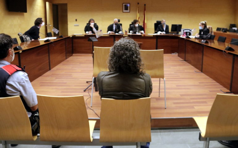 D'esquenes, l'acusat d'agafar la targeta a un amic mentre dormia per treure diners de caixers. Foto: ACN - Marina López