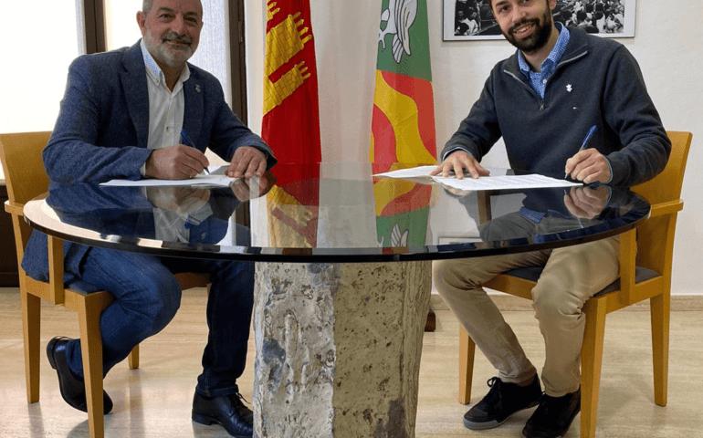 Signatura de l'acord per la delimitació del terme municipal d'Hostalric i Sant Feliu de Buixalleu. Foto: Aj. Hostalric