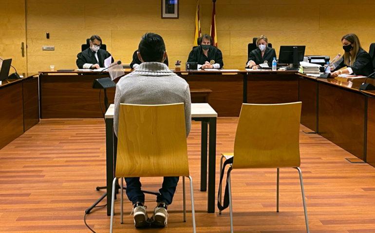 D'esquenes, l'acusat de violar i maltractar la parella a Vidreres. Foto de judici a l'Audiència de Girona. Foto: ACN - Marina López
