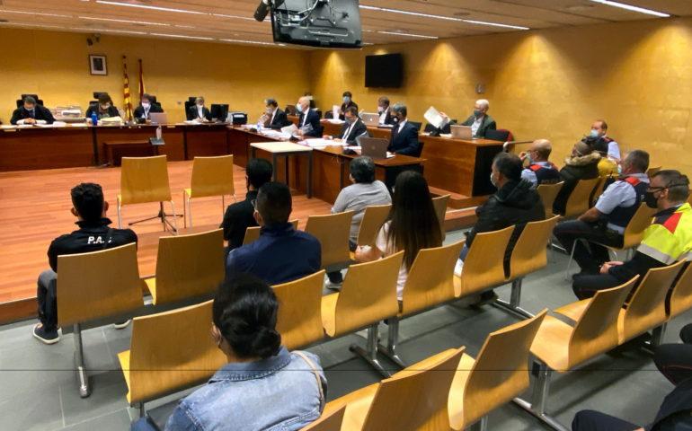 D'esquenes, els vuit acusats jutjats per la seva suposada relació amb una onada de robatoris al Gironès i a la Selva. Foto: ACN - Marina López