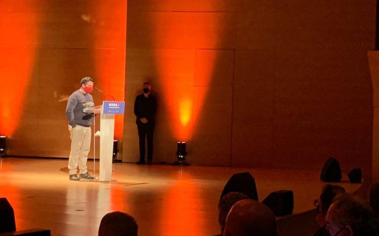 L'alcaldessa de Girona, Marta Madrenas, ha entregat el premi a Josep Lluís Vidal, editor de laselva360. Foto: Diputació de Girona