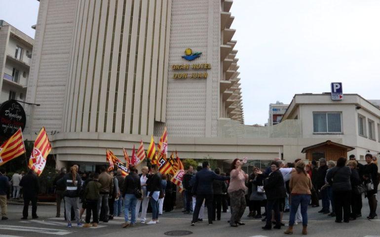 Treballadors protestant davant l'Hotel Don Juan el 29 d'abril de 2017. Pla mig. Foto: ACN - Gerard Vilà