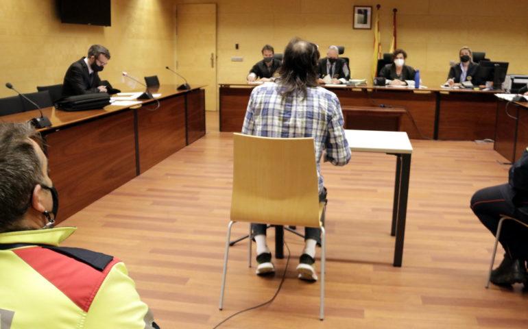 D'esquenes, l'acusat de violar, insultar i mossegar la parella a la cara a Lloret de Mar. Foto: ACN - Marina López