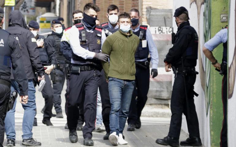 Els Mossos d'Esquadra s'emporten detingut una de les persones que ocupava una antiga nau a Mataró i que relacionen amb els aldarulls de dissabte a Barcelona. Foto: ACN - Jordi Pujolar