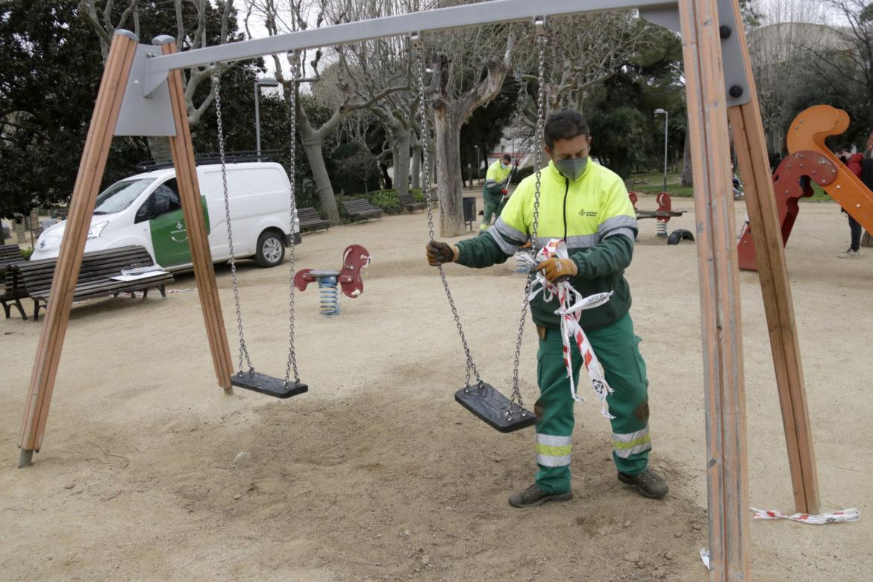 Operaris municipals de l'Ajuntament de Mataró desprecinten un parc infantil. Foto: ACN - Jordi Pujolar