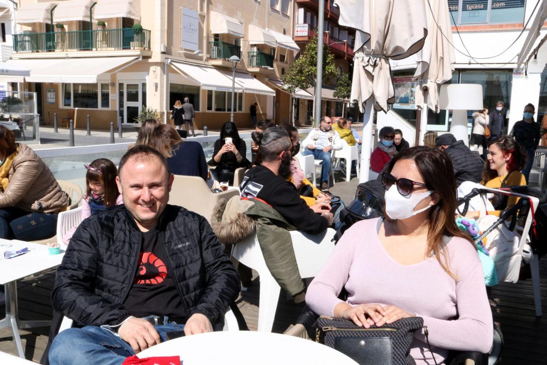 Persones assegudes a una terrassa
