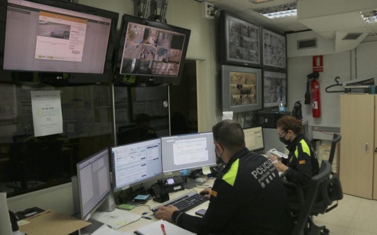 Sala de control de càmeres de Blanes amb dos agents treballant. Foto: ACN - Gerard Vilà
