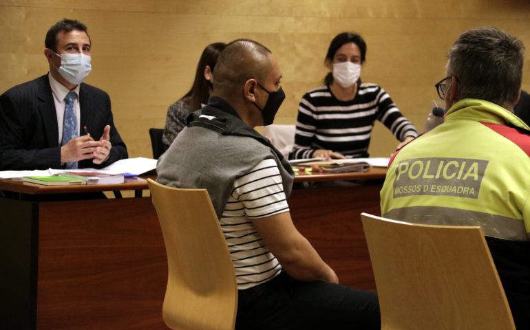 L'acusat de matar la dona a ganivetaes, abans de declarar davant el jurat popular