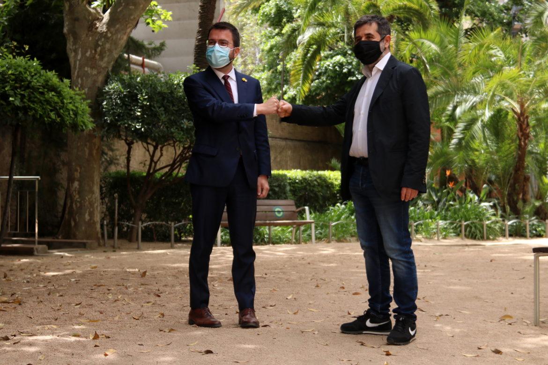 Els dirigents d'ERC i de Junts, Pere Aragonès i Jordi Sànchez, xocant els punys per celebrar l'acord de govern de coalició. Foto: ACN - Bernat Vilaró