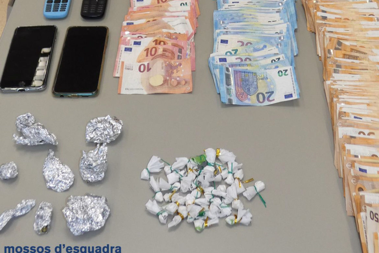 Els diners, els mòbils i la droga intervinguda a una parella que venia substàncies estupefaents en un pis ocupat de Blanes. Foto: Imatge cedida a l'ACN pels Mossos d'Esquadra