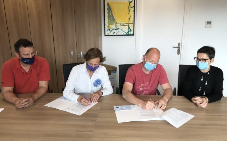 Signatura del conveni entre l'Ajuntament de Tossa i la Unió de Botiguers. Foto: Aj. Tossa