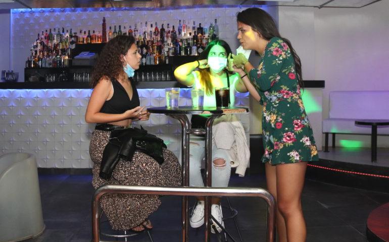 Tres clientes en una discoteca