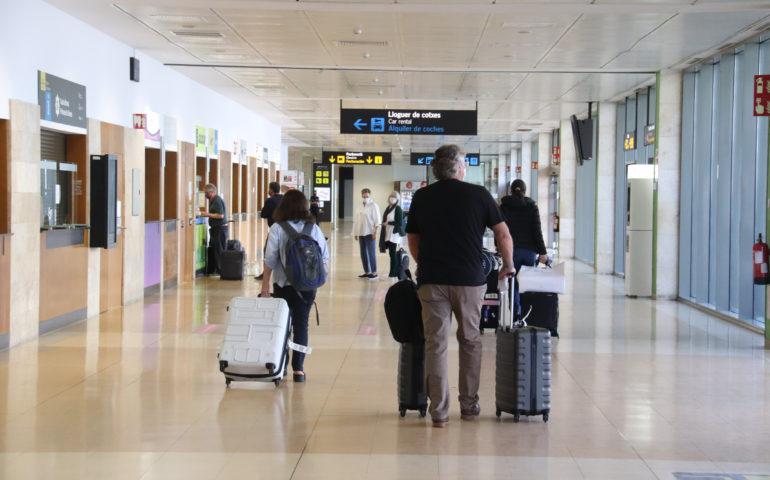 Passatgers arribant a l'aeroport de Girona