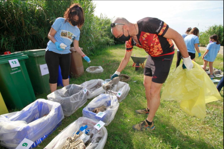 Voluntaris classificant residus aquest diumenge. Foto: Aj. Blanes