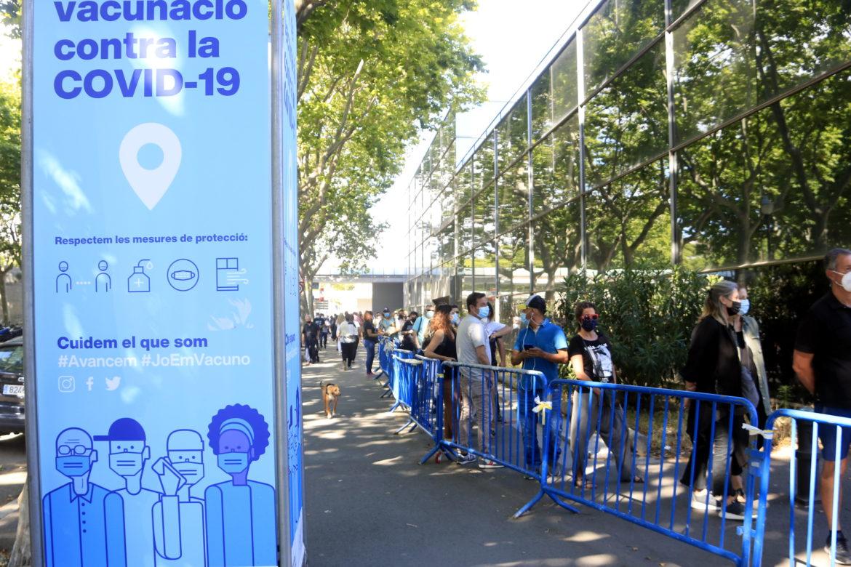 Cues a Barcelona per la vacunació contra el Covid