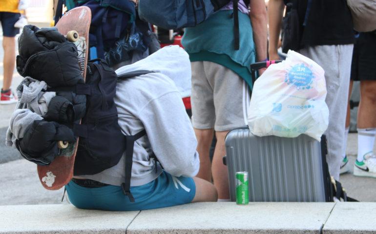 Un jove amb maletes a Lloret de Mar