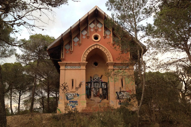 SOS Lloret denuncia que les casetes modernistes de Sant Pere del Bosc estan plenes de pintades i degradades.