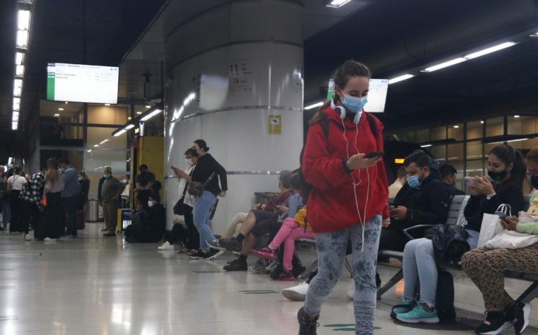 Passatgers a l'estació de Sants de Barcelona