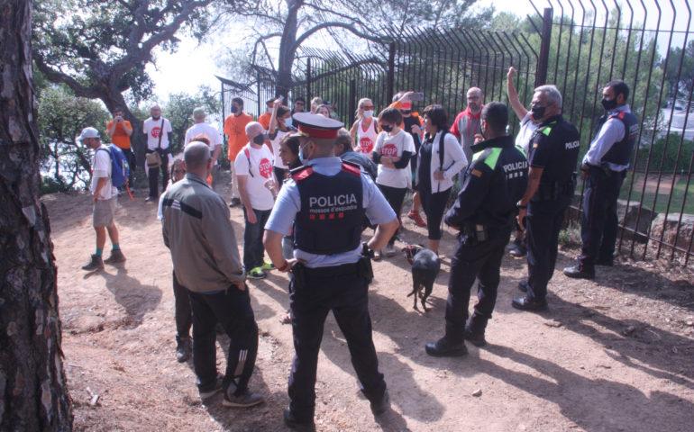 Activistes de SOS Lloret davant la presència policial